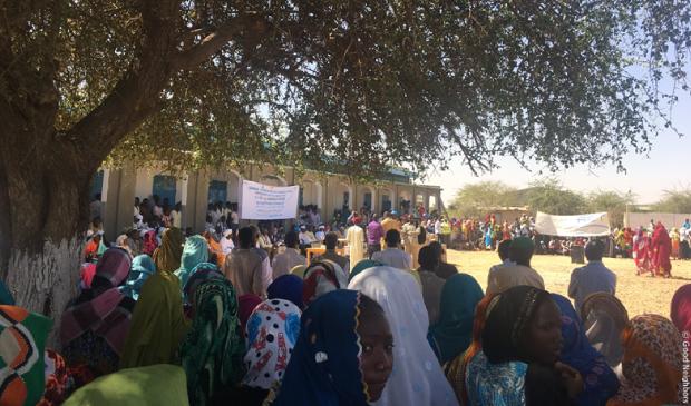 学校の竣工式に集まった人々