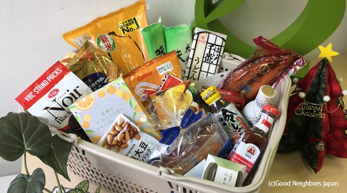 一世帯に配布されるカゴいっぱいの食品