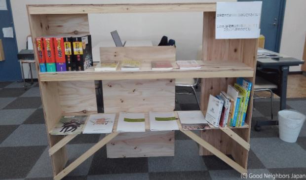 自習スペースに作られた本棚