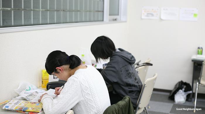 自習室で勉強する子どもたち