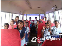 スクールバスとインドの子ども達