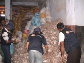 バングラデシュ、サイクロン被害救援物資