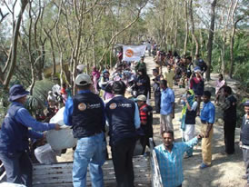 バングラデシュ、サイクロン被害救援物資の配給