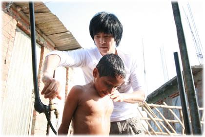 ネパールの子どもの体を洗うチェ・スジョン氏