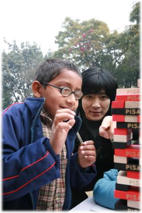 ネパールの子どもと遊ぶチェ・スジョン氏
