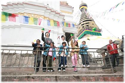 ネパールの子ども達とチェ・スジョン氏