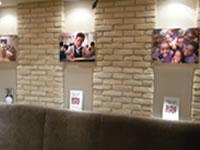 店内に展示された子どもたちの写真