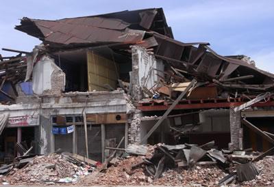 スマトラ島地震被害・倒壊した建物