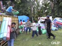 緊急支援物資を荷台からおろす