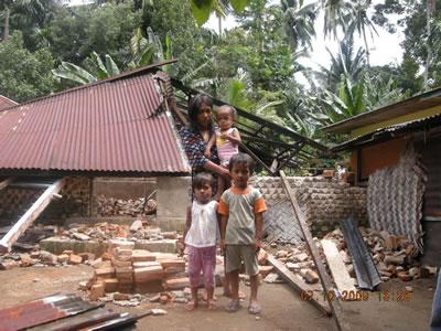インドネシア・スマトラ沖地震で家がなくなってしまったイチャン君の家族たち