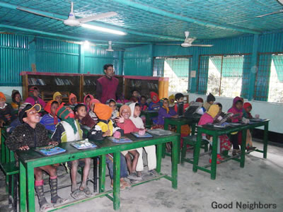 グルカ村のプレスクールで勉強する子ども達