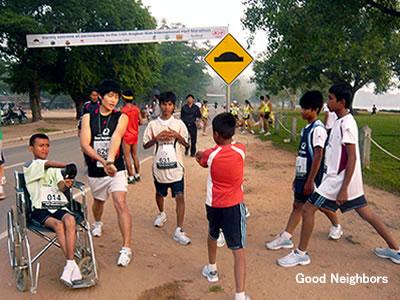 マラソン前に準備運動をするランナー達