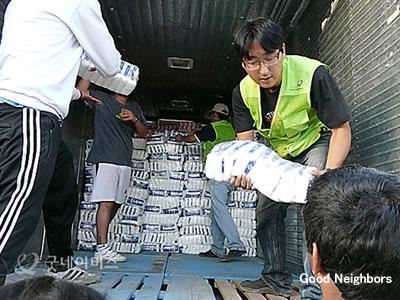 チリ地震の被災者に緊急支援物資を配布