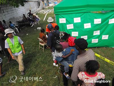 ハイチ、医療テントに並ぶ人々