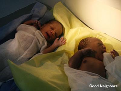 ハイチ地震の被災地で誕生した双子
