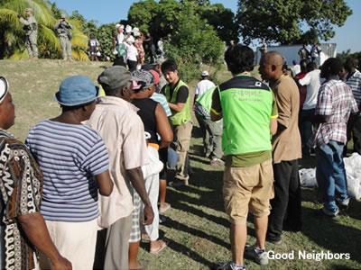 ハイチ地震の被災者へ食料配布