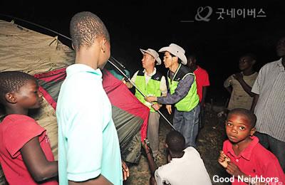 ハイチ地震被災地でテントを配布
