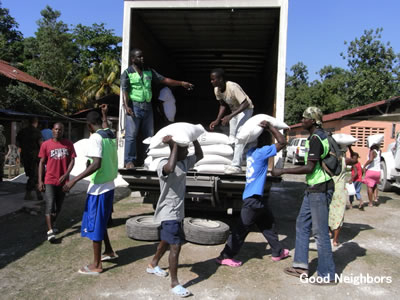被災者に米を配布