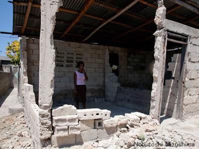 地震で崩壊した家と住人