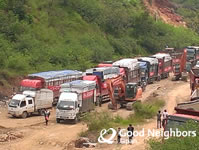 迂回路ではトラックが渋滞