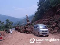 土砂崩れでふさがれた道路