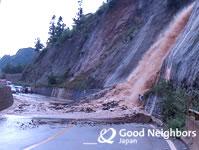 雨による土砂崩れで通行止めに