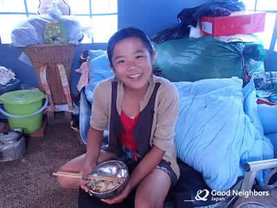 配布された食糧(干し湯葉)を食べる少女