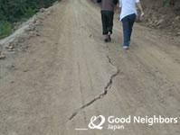 地割れを起こした道路