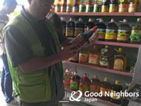 たくさんの食用油が並ぶ店内