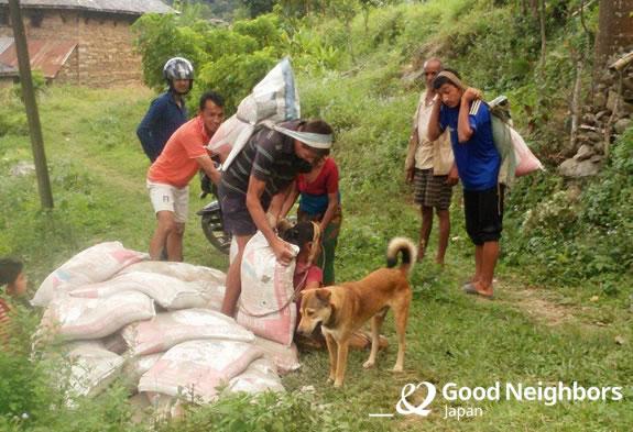 資材を運ぶ住民