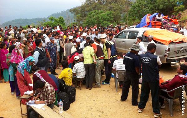 緊急支援物資配布に集まったPhinamVDCの被災者