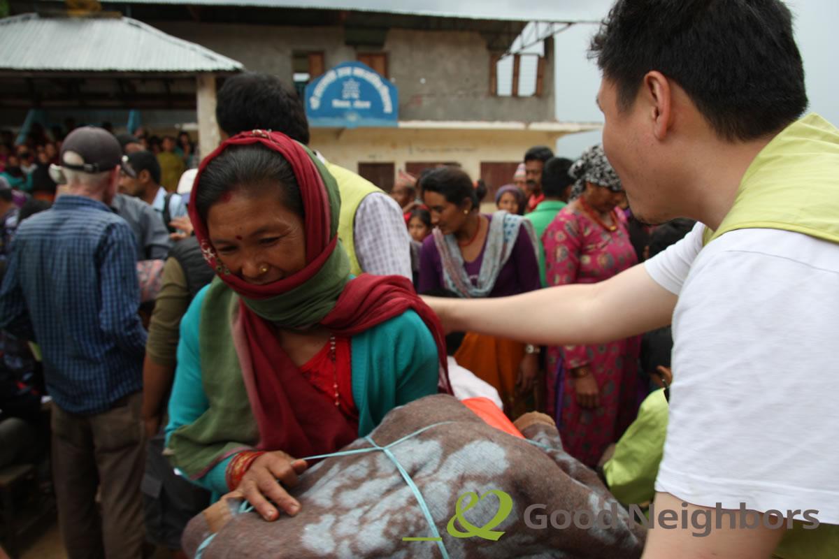 緊急支援物資配布をするスタッフと現地の女性