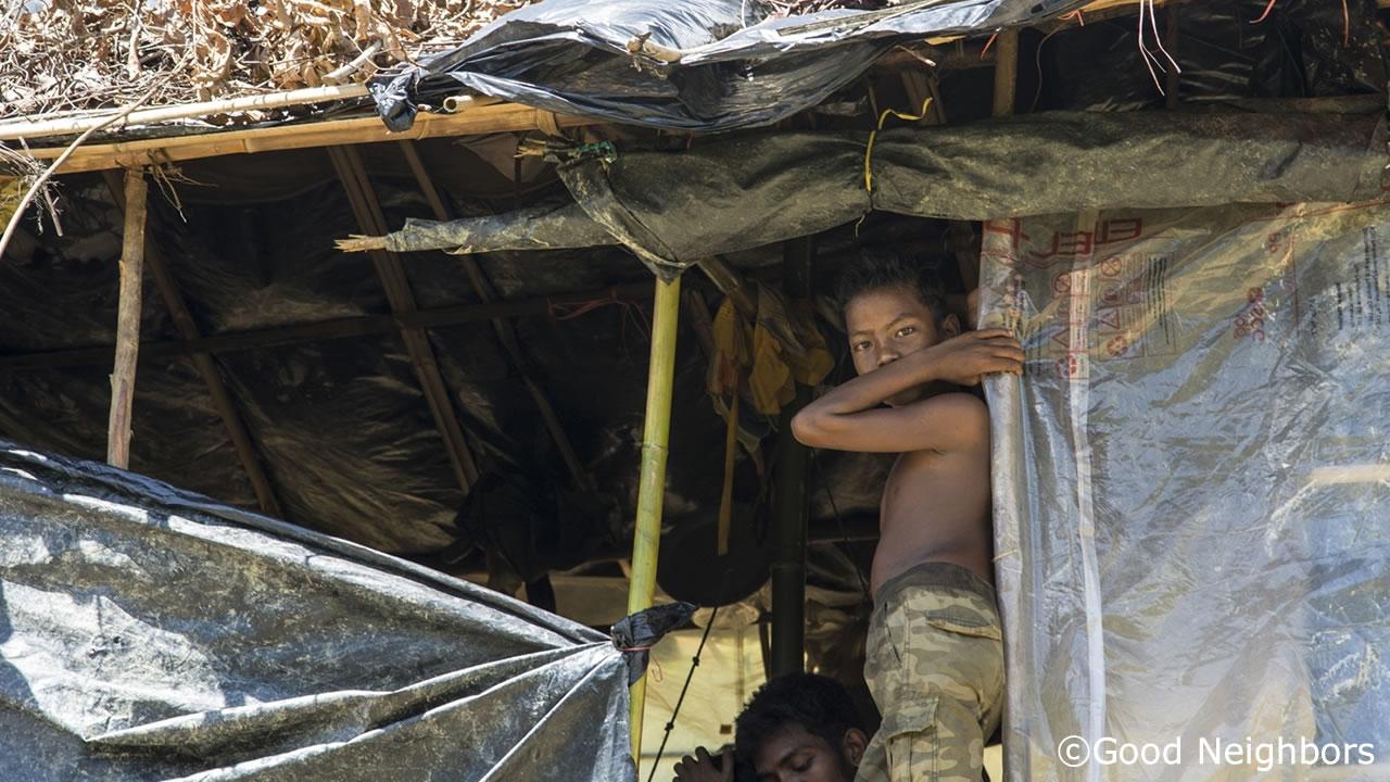 難民キャンプで生活する男の子
