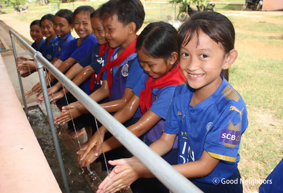 インドネシア手洗いする子どもたち